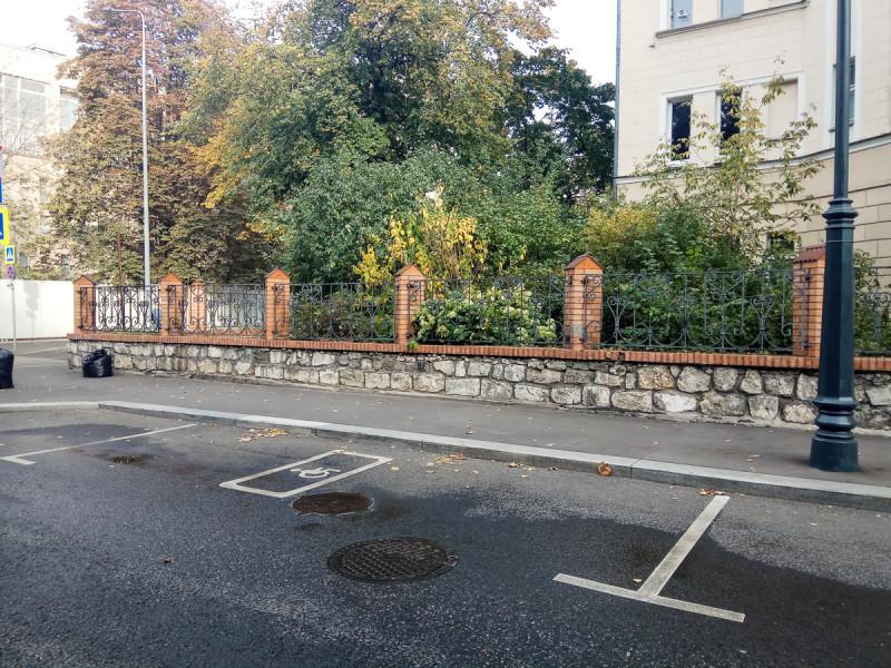 Ограда из странных камней. Москва. Фото автора поста