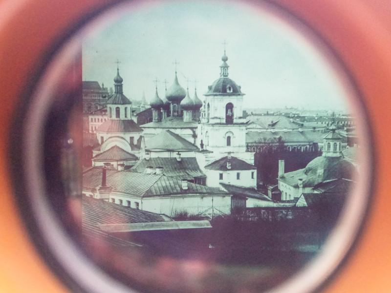 Московский Златоустовский монастырь. Был одним из самых старых в городе, уничтожен в советское время. Его фото (19-го века) теперь можно увидеть через недавно установленный стереоскоп. Малый Златоустинский переулок, Москва. Фото автора поста