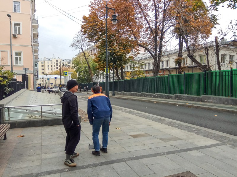 Стереоскоп, глядя в который можно увидеть фото старой Москвы с точки съёмки. Малый Златоустинский переулок, Москва. Фото автора поста