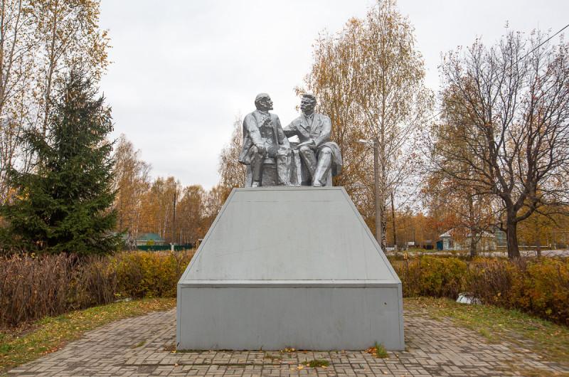Памятник Ленину и Горькому. Посёлок Туголесский Бор, Московская область. Фото автора поста