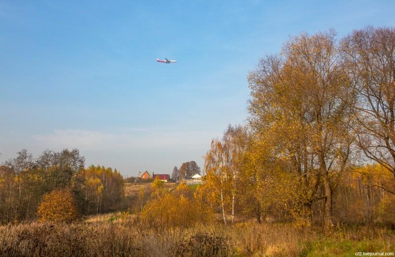 Самолёт, летящий в аэропорт Шереметьево. Вид из парка усадьбы Середниково. Московская область