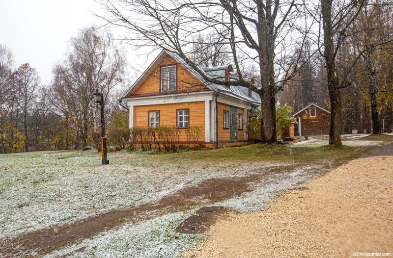 Усадьба Мураново, кучерская при первом снеге. Московская область