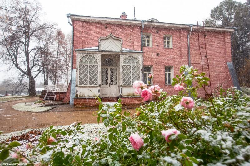 Усадьба Мураново, розы и главный дом при первом снеге. Московская область