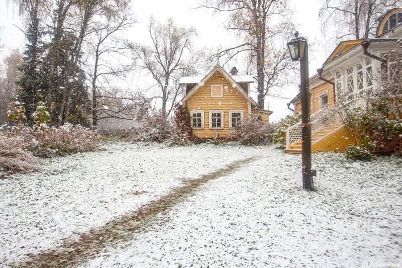 Усадьба Мураново, флигель и кухня при первом снеге. Московская область