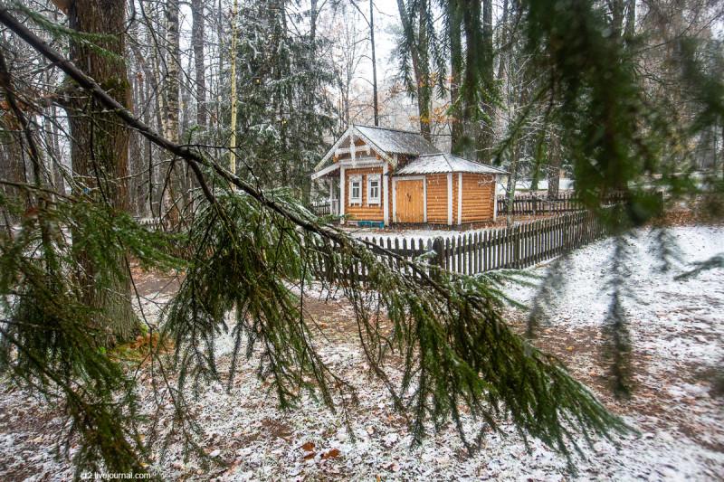 Усадьба Мураново, детский домик в парке при первом снеге. Московская область