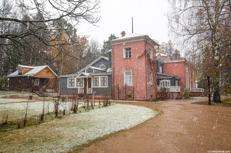 Усадьба Мураново, главный дом при первом снеге. Московская область