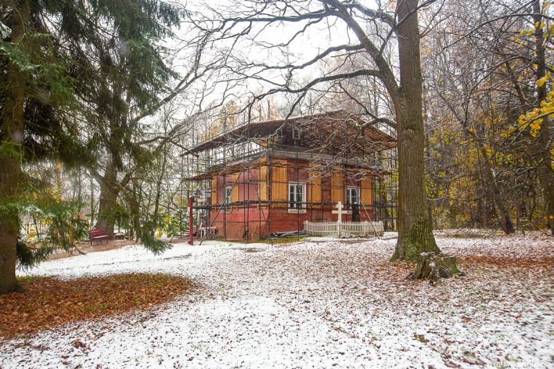Усадьба Мураново, храм при храм при первом снеге. Московская область