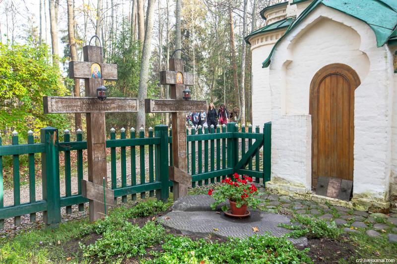 Церковь Спаса Нерукотворного Образа в усадьбе Абрамцево, могилы Мамонтовых. Московская область