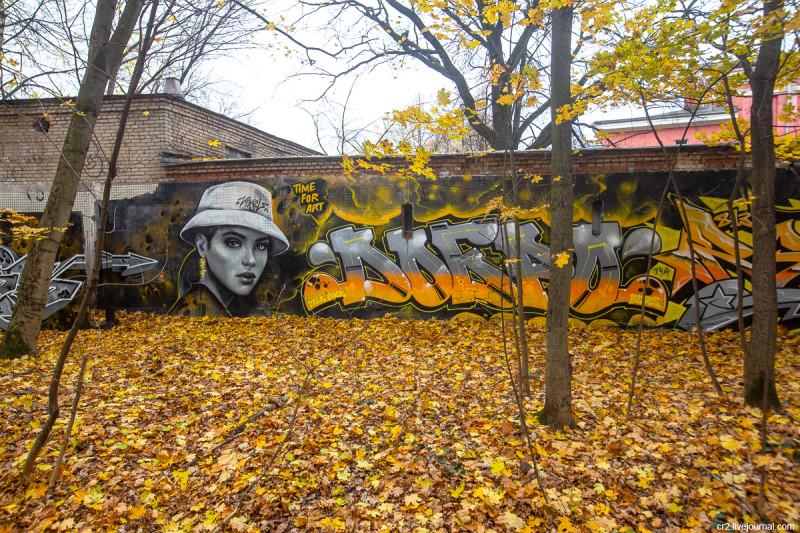 """Рисунки на стене у резиденции """"Time for art"""". Москва"""