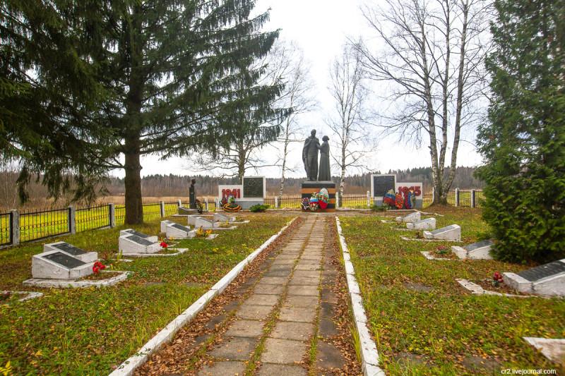 Братская могила недалеко от жд-станции Лесодолгоруково Рижского направления. Московская область