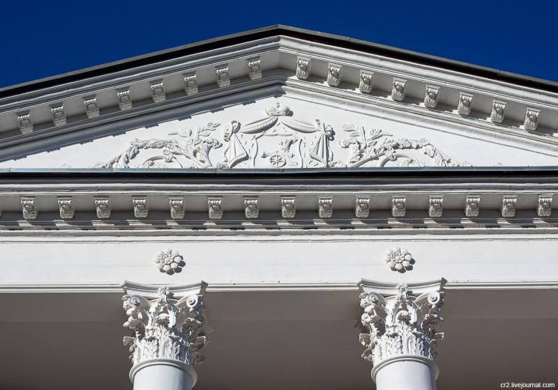Усадьба Остафьево, герб рода Вяземских на главном доме. Новая Москва