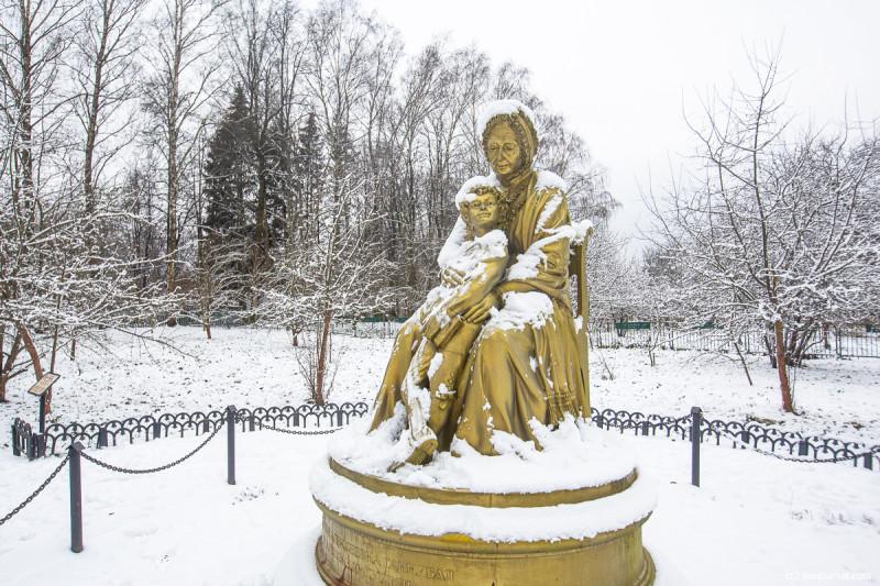 Маленький Пушкин с бабушкой, Марией Алексеевной Ганнибал, - владелицей усадьбы Захарово, где прошли детские годы поэта. Московская область