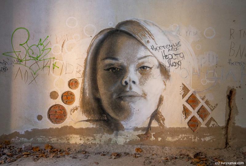 Рисунки в заброшенном пионерском лагере в Подмосковье
