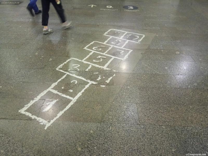 Поле для игры в классики в московском метро