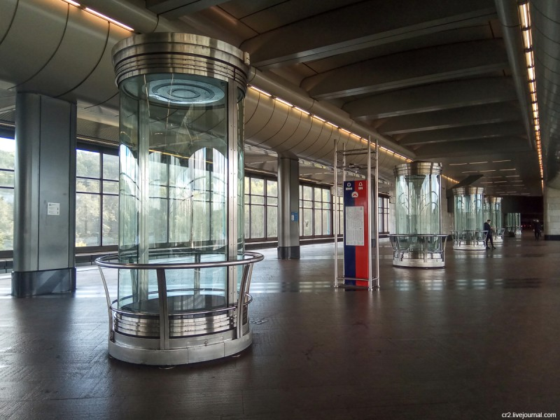 Выставочные стенды на станции московского метро Воробьёвы горы