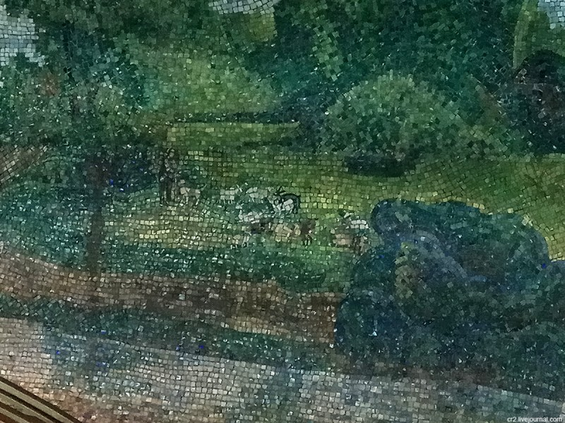 Фрагмент одной из мозаик на станции московского метро Марьина Роща