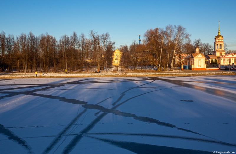 Пруд на речке Самотёке и главный дом усадьбы Алтуфьево вдалеке. Москва
