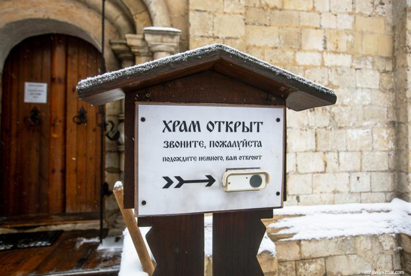Церковь Трифона в Напрудном - одна из самых старых построек Москвы. Звонок при входе