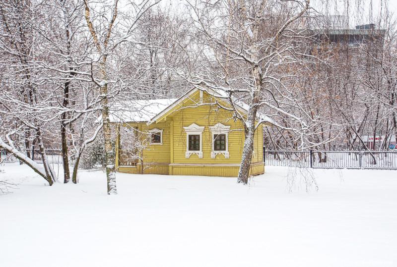 Церковь Трифона в Напрудном - одна из самых старых построек Москвы. Беседка на территории