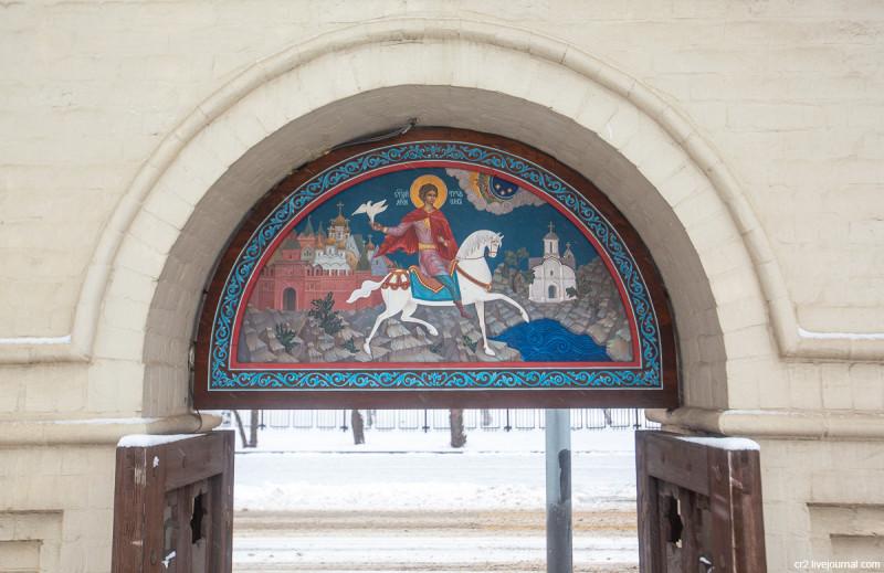 Церковь Трифона в Напрудном - одна из самых старых построек Москвы. Икона святого Трифона над храмовыми воротами