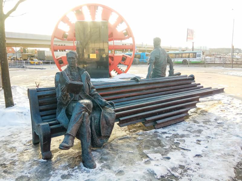 Памятник писателю и метростроевцу у станции московского метро Рассказовка