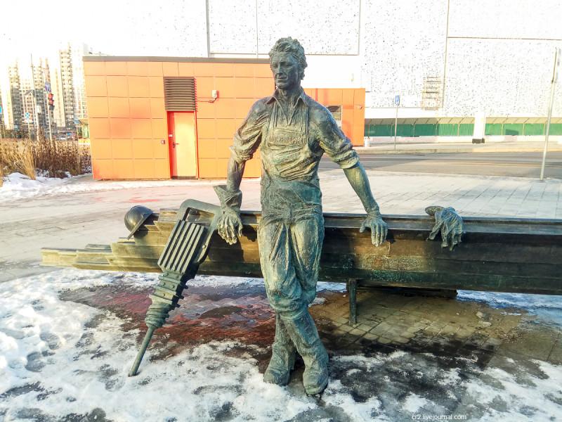 Памятник писателю и метростроевцу у станции московского метро Рассказовка. Метростроевец