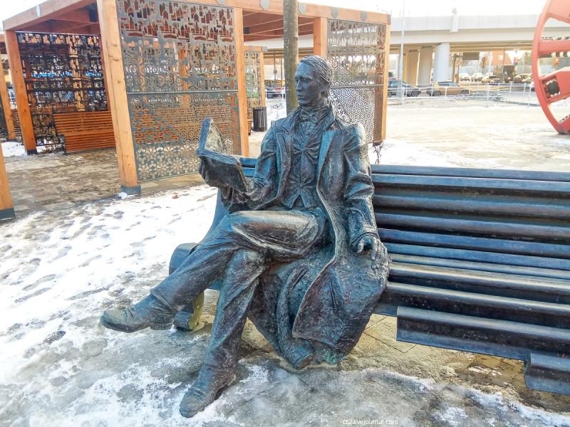 Памятник писателю и метростроевцу у станции московского метро Рассказовка. Писатель