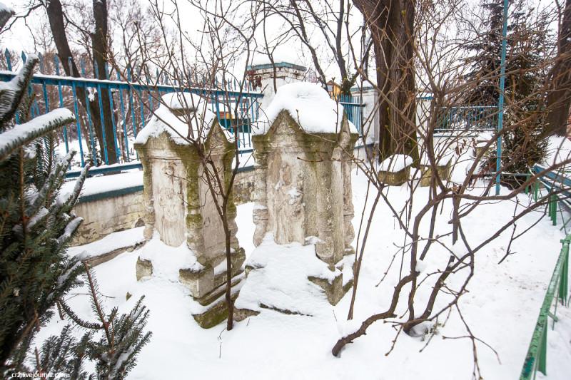 Старинные надгробия у храма Рождества Христова в Беседах (Московская область)