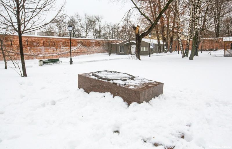 Кенотаф Фёдору Волкову на территории бывшего Спасо-Андроникова монастыря. Москва