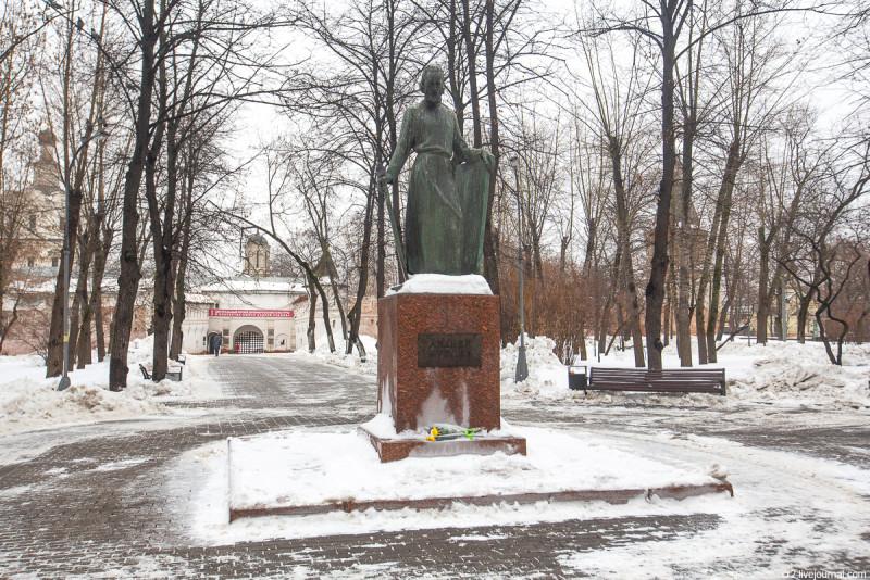 Памятник Андрею Рублёву перед бывшим Спасо-Андрониковым монастырём. Москва