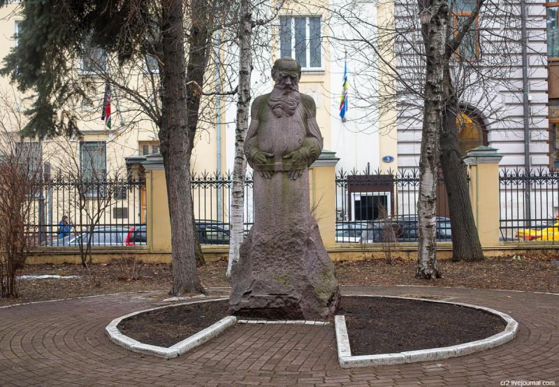 Памятник Льву Толстому во дворе музея писателя на Пречистенке. Москва