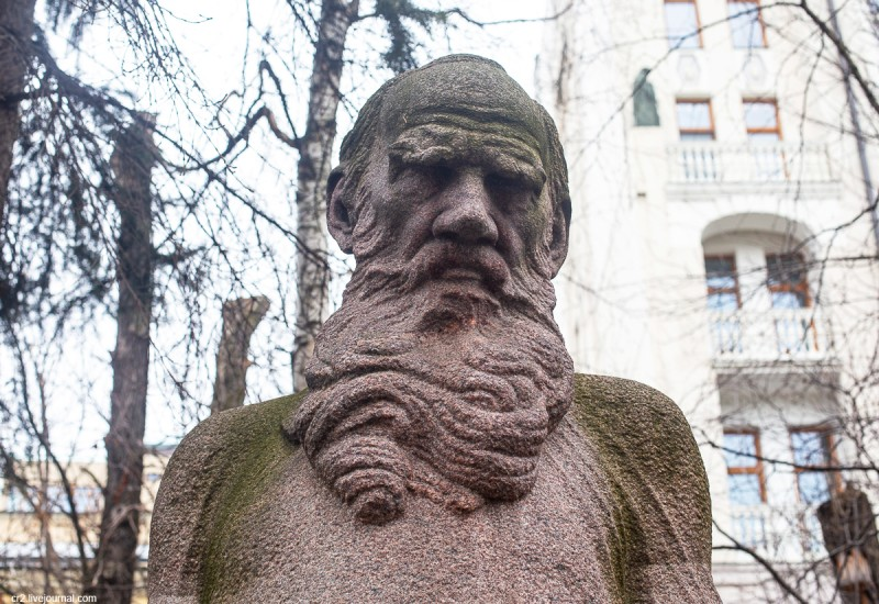 Памятник Льву Толстому во дворе музея писателя на Пречистенке, детали. Москва
