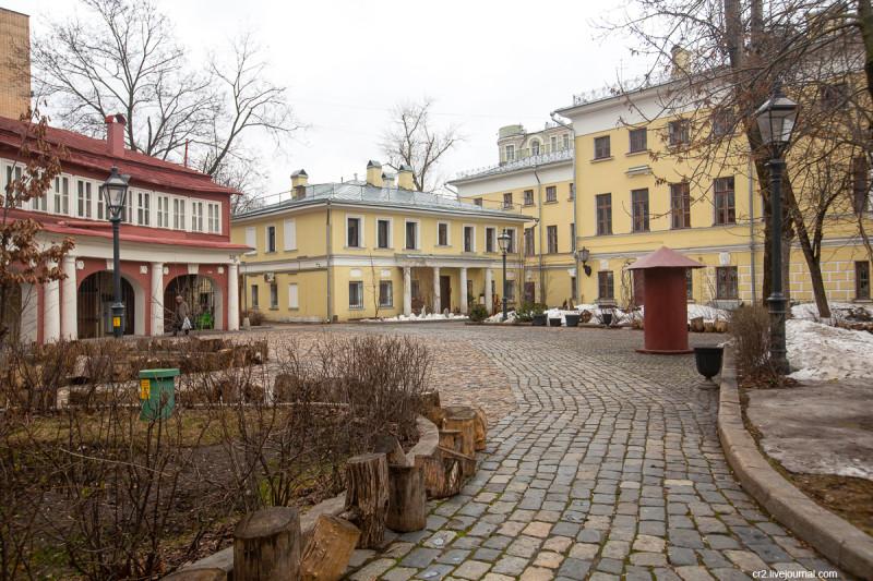 Поливановские конюшни, флигель, главный дом бывшей усадьбы и колоритный дворик на Пречистенке. Москва