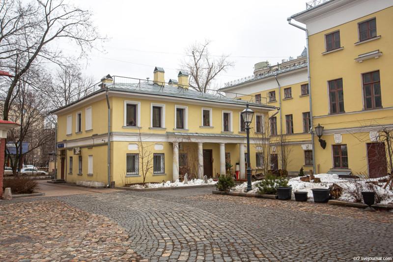 Флигель бывшей усадьбы и колоритный дворик на Пречистенке. Москва