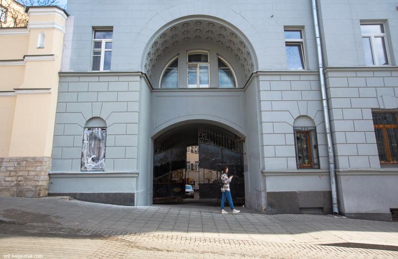 Арка, ведущая во дворы Солянки. Вид с улицы Забелина. Москва