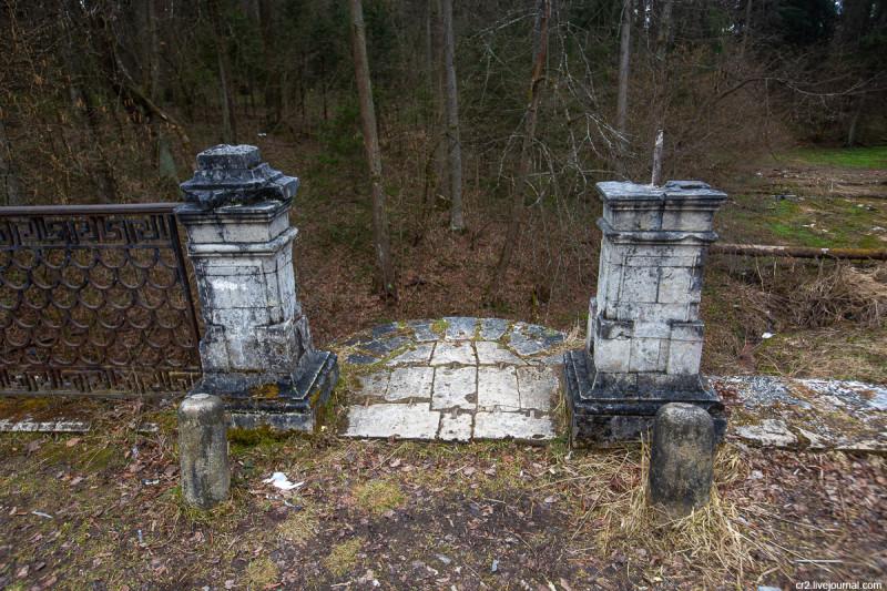 Чёртов мост, остатки ограды. Усадьба Середниково, Московская область