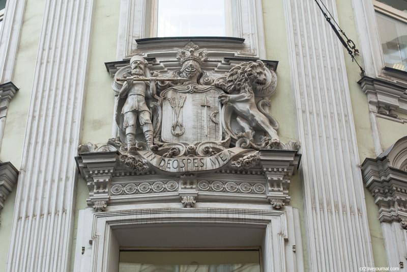 Герб рода Миклашевских на доме 21 в Брюсовом переулке. Москва