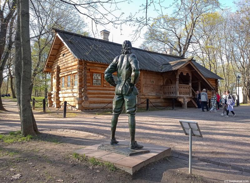 Домик Петра I в Коломенском и памятник царю работы Г. Франгуляна. Москва