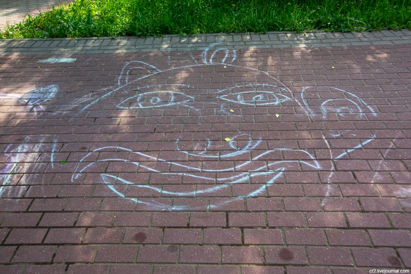 Детский рисунок мелом в парке Свиблово. Москва
