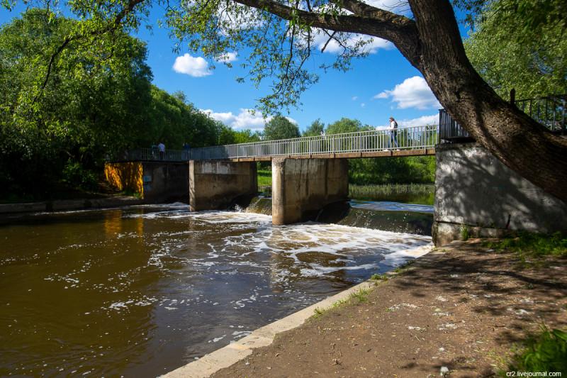 Яузская плотина в парке Свиблово. Москва