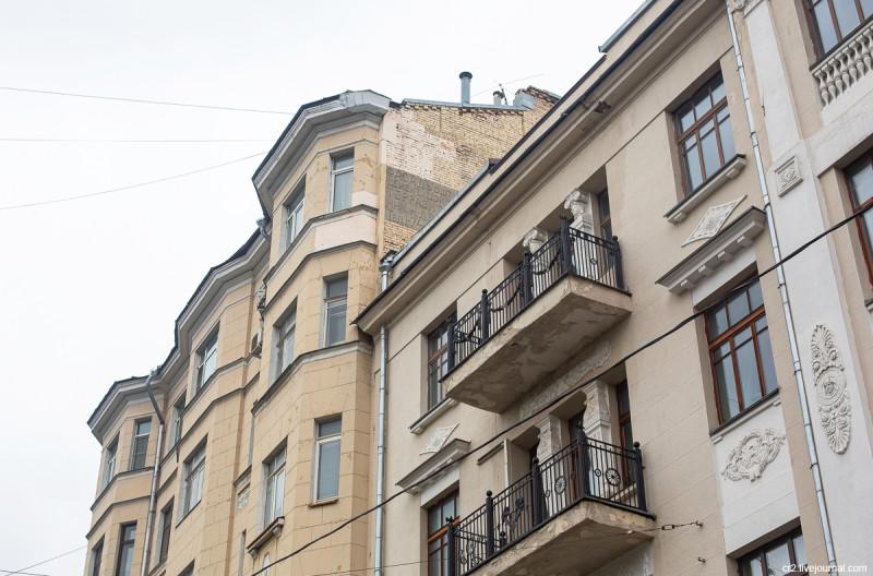 Дореволюционная реклама на доме 8 в Чистом переулке. Москва