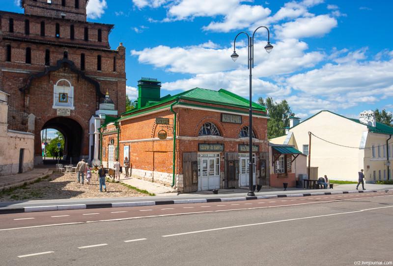 Пятницкие ворота Коломенского кремля и Музей коломенского калача. Коломна, Московская область