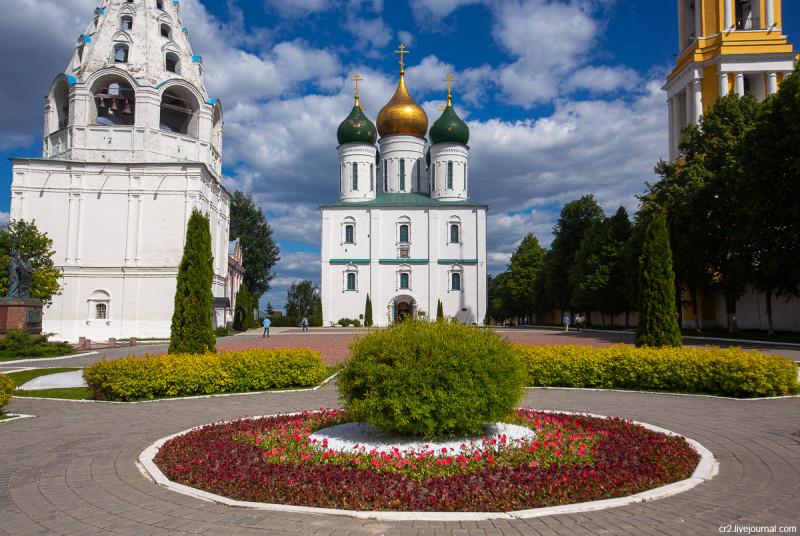 Соборная площадь и Успенский собор. На территории Коломенского кремля. Коломна, Московская область