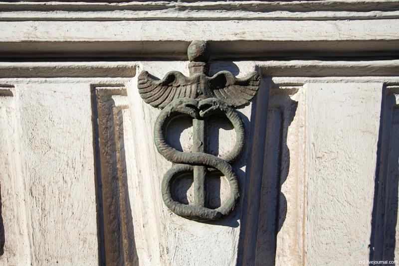 Кадуцей - одна из деталей дома 23с1 по Новой Басманной улице. Москва