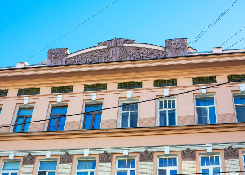 Маски на бывшем доходном доме купца Мальцева. Новая Басманная улица, Москва