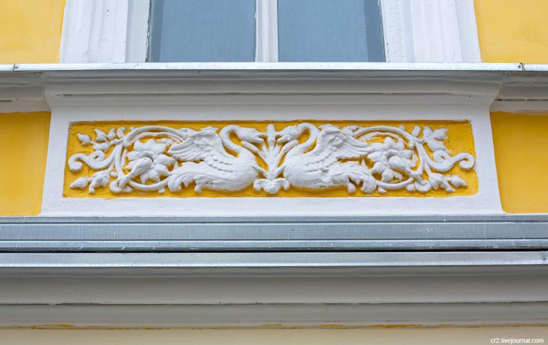 Детали бывшего доходного дома купца Отто Крумбюгеля на улице Чаплыгина. Москва