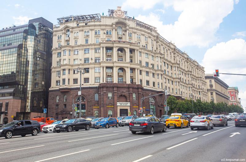 Дом 9 по Тверской улице. Его низ выложен гранитом, который привезли немцы для статуи Гитлера. Москва