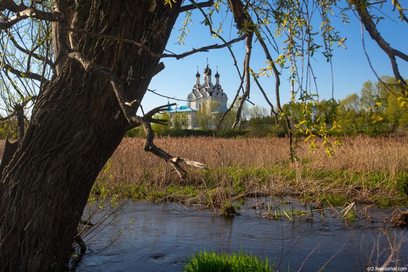 Вид на реку Яузу и храм Благовещения в Тайнинском (бывшее село, ныне часть города Мытищи). Московская область
