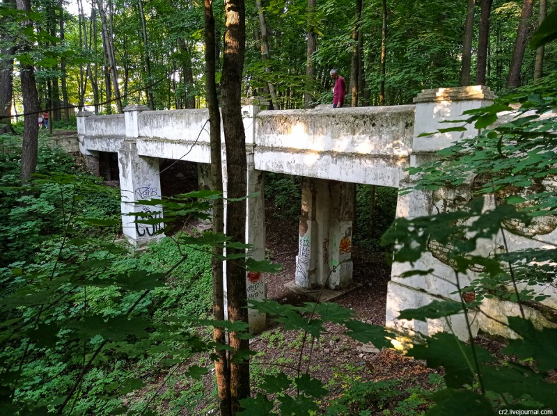 Каменный мост в парке усадьбы Братцево. Москва