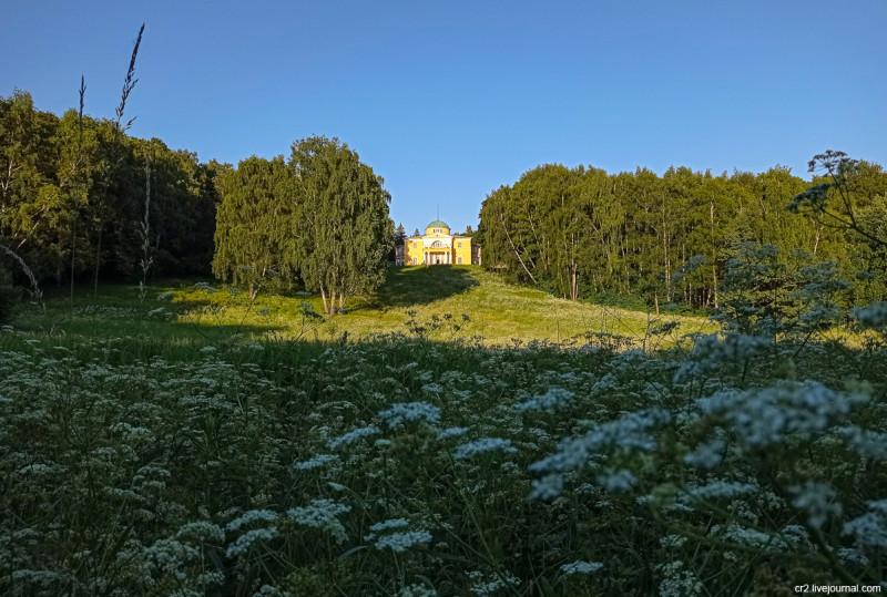 Вид на главный дом усадьбы Братцево. Москва